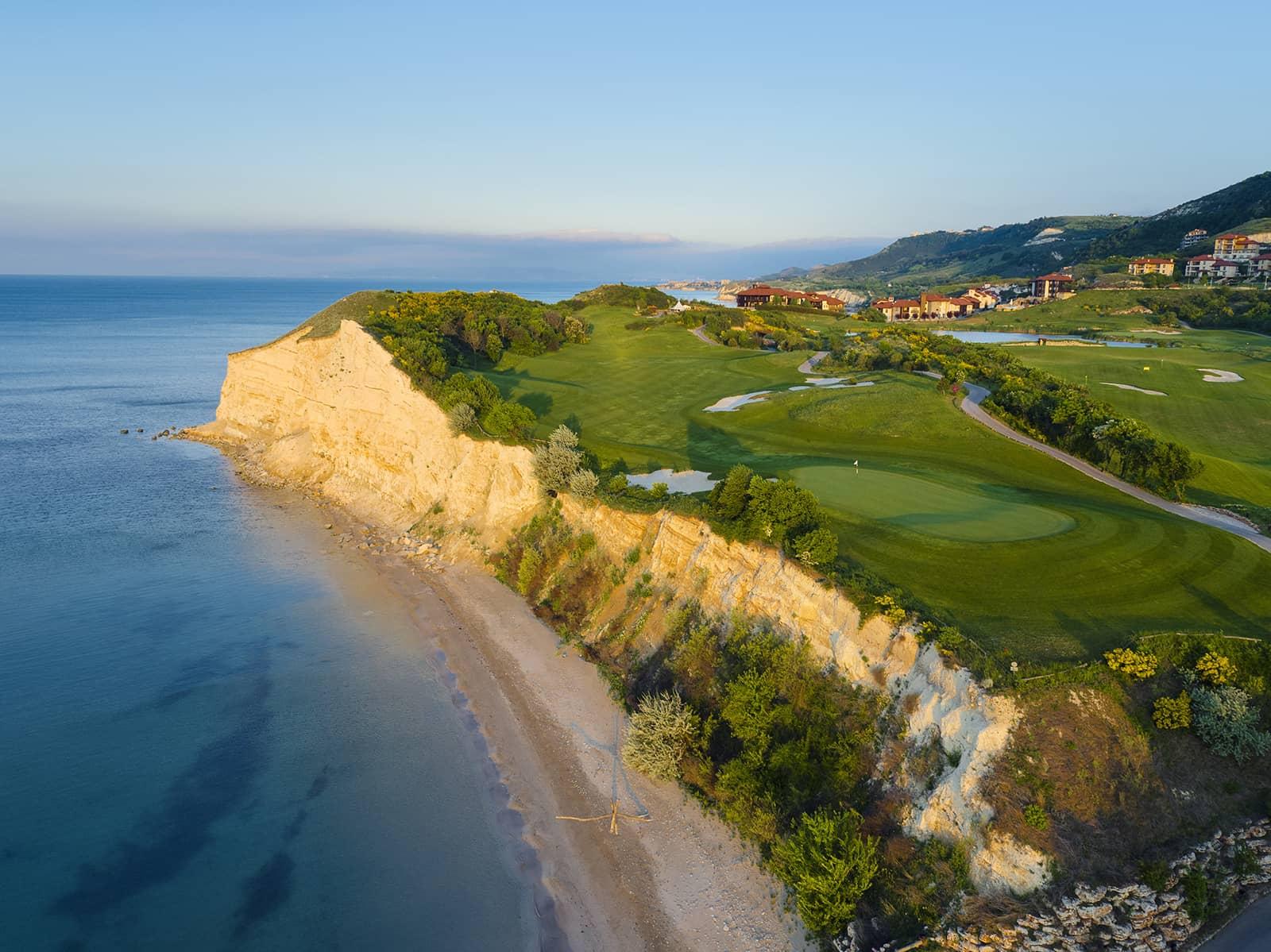 Boende på Thracian Cliffs Golf & Beach Resort med havet, stranden och golfbanan i forgrunden.